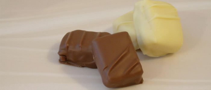 Witte en melkchocolade gevulde bonbons